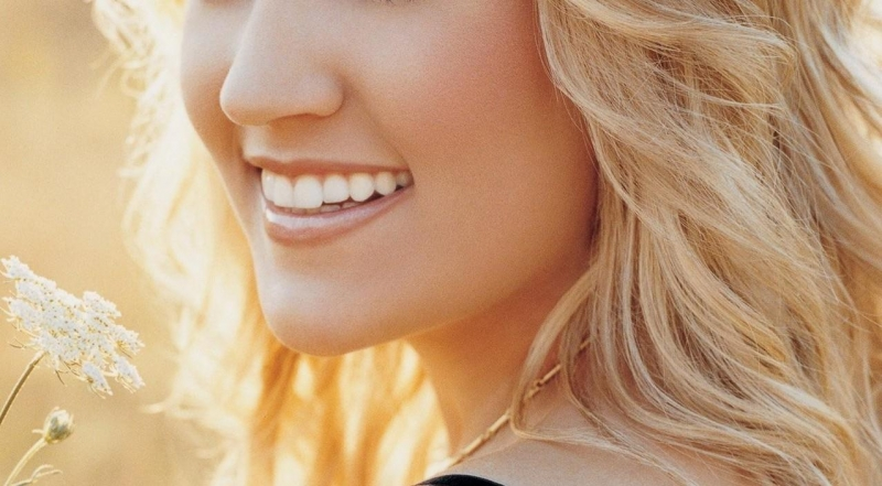 Theo khoa học nghiên cứu, việc cười nhiều sẽ giúp các mạch máu trên da mặt được lưu thông và điều hòa, từ đó mà những người cười nhiều sẽ luôn tươi trẻ hơn.