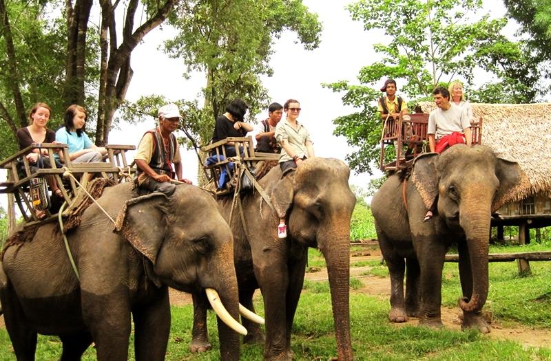 Cưỡi voi là dịch vụ du lịch hút khách nhất ở Bản Đôn