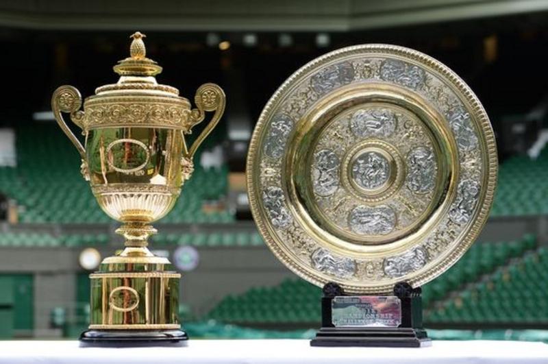 Cúp Wimbledon dành cho người chiến thắng là nữ (bên phải) và nam (bên trái)