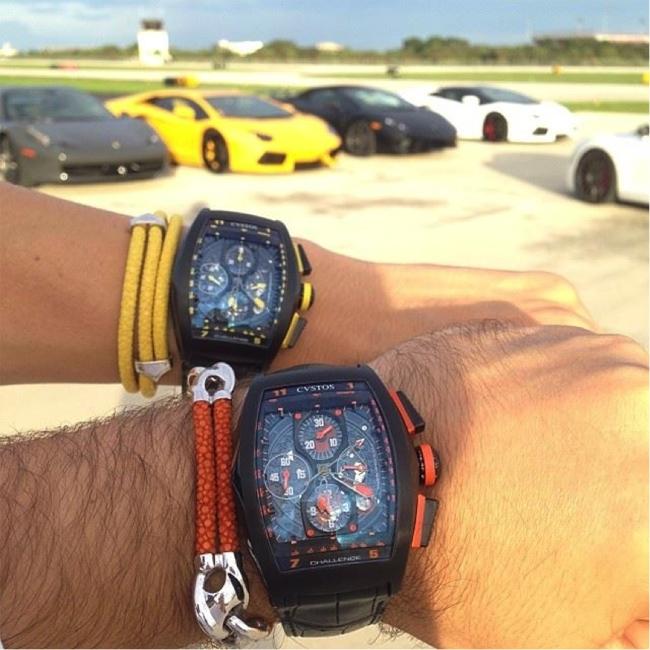 Đồng hồ đắt tiền kết hợp với siêu xe chính là thú vui của giới nhà giàu. Hai chiếc Cvstos Challenge đã khủng rồi lại còn thêm 4 chiếc Lamborghini Aventador, tổng hợp lại thì cả triệu đô chứ không ít đâu. Riêng một chiếc đồng hồ Cvstos Chellenge đã có giá gần 700 triệu.
