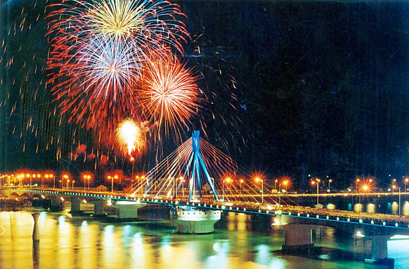 Bắn pháo hoa nghệ thuật bên sông Hàn