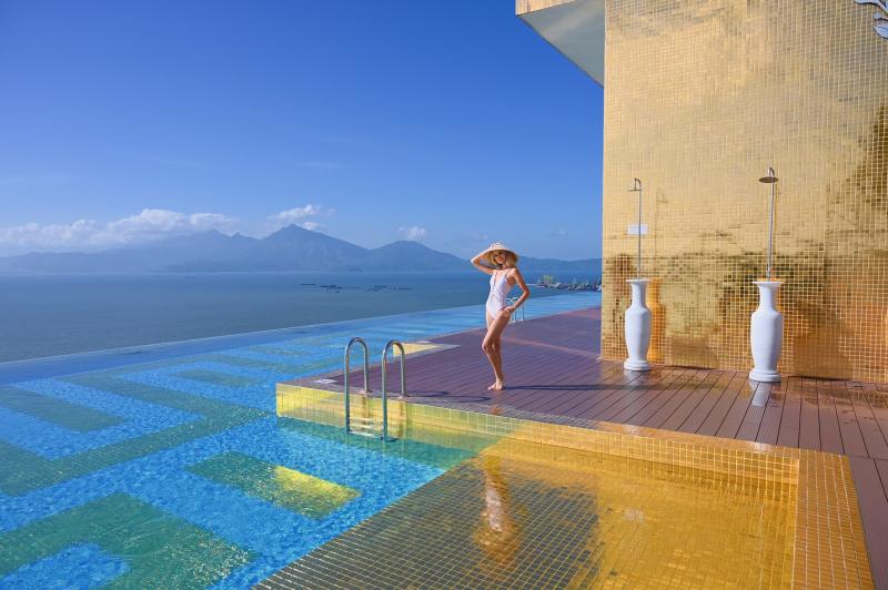 Hồ bơi khách sạn Đà Nẵng Golden