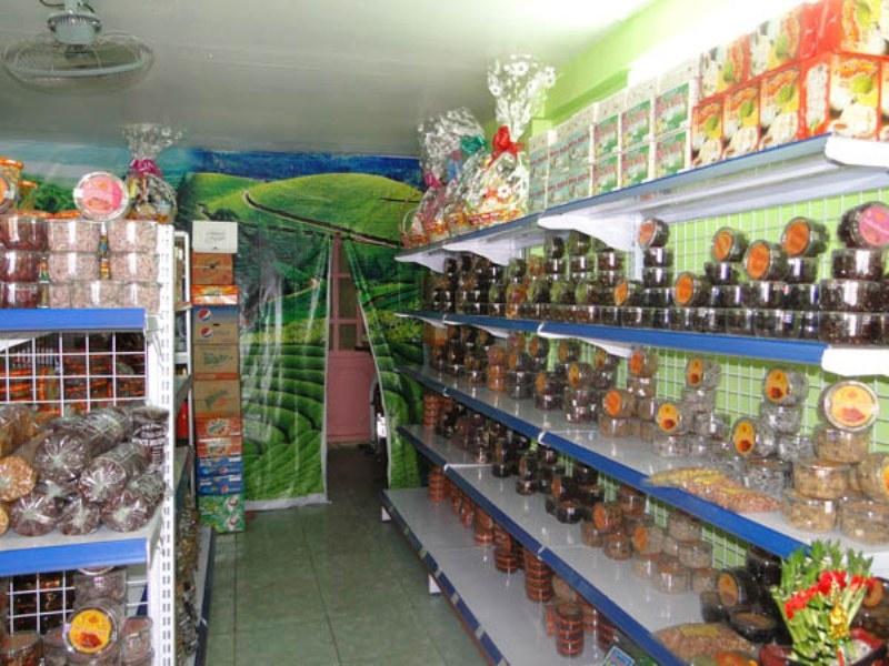 Kệ hàng hóa được sắp xếp gọn gàng, khoa học và đầy đủ các mặt hàng cho khách chọn lựa.