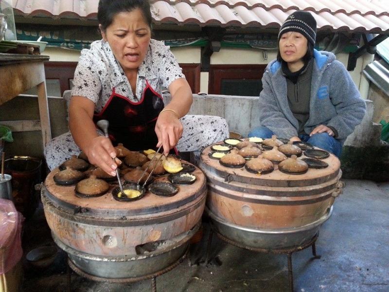 Bà chủ đang nấu bánh