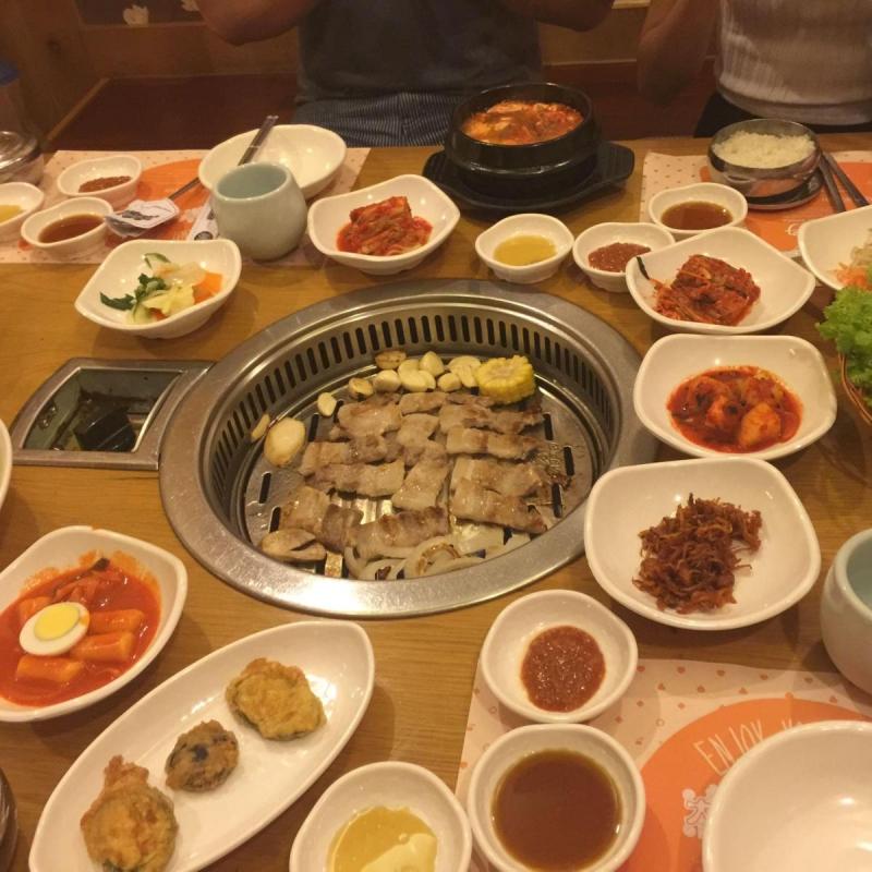 Không chỉ có sườn nướng, quán Dae Jang Geum còn ghi điểm bởi những món ăn kèm phong phú, đa dạng.