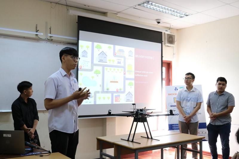 Phần thuyết trình sản phẩm của sinh viên trong cuộc thi Bach Khoa Innovation