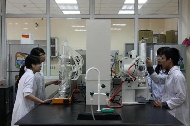 Sinh viên thực tập tại Viện Công nghệ sinh học và Công nghệ thực phẩm của trường