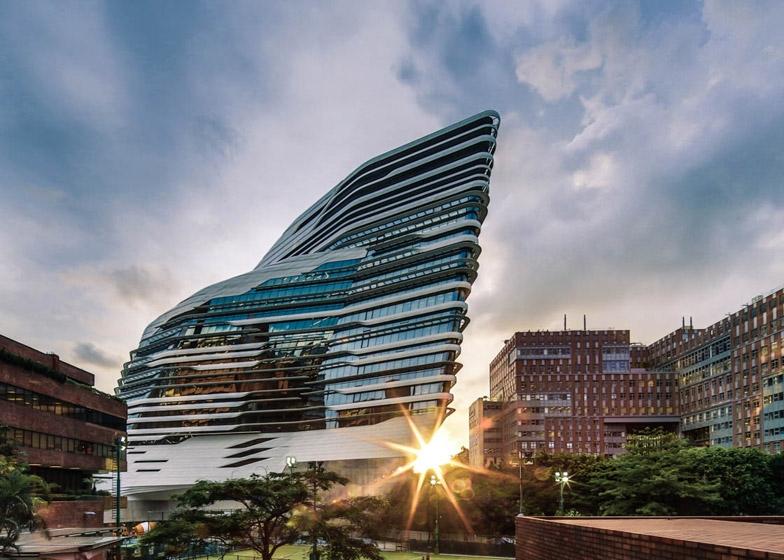 Tòa nhà với nét thiết kế uốn lượn đẹp mắt tại Đại học Bách khoa Hong Kong.