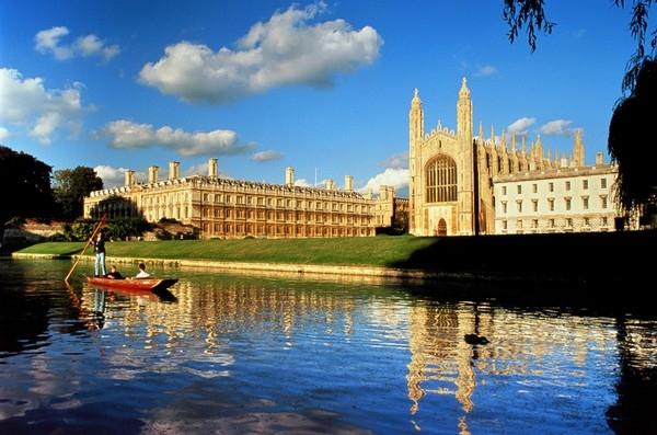 Đại học Cambridge là trường đại học lớn thứ hai tại Anh, đến nay vẫn giữ được vẻ đẹp cổ xưa bên cạnh dòng sông Cam êm đềm.
