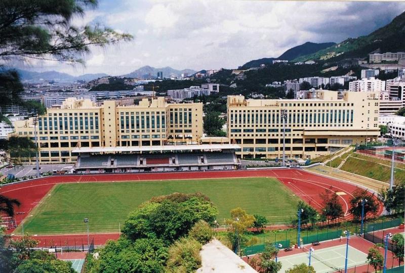 Sân vận động trong khuôn viên trường.