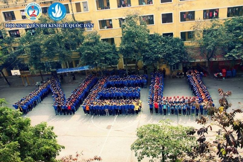 Sinh viên xếp thành biểu tượng mã trường