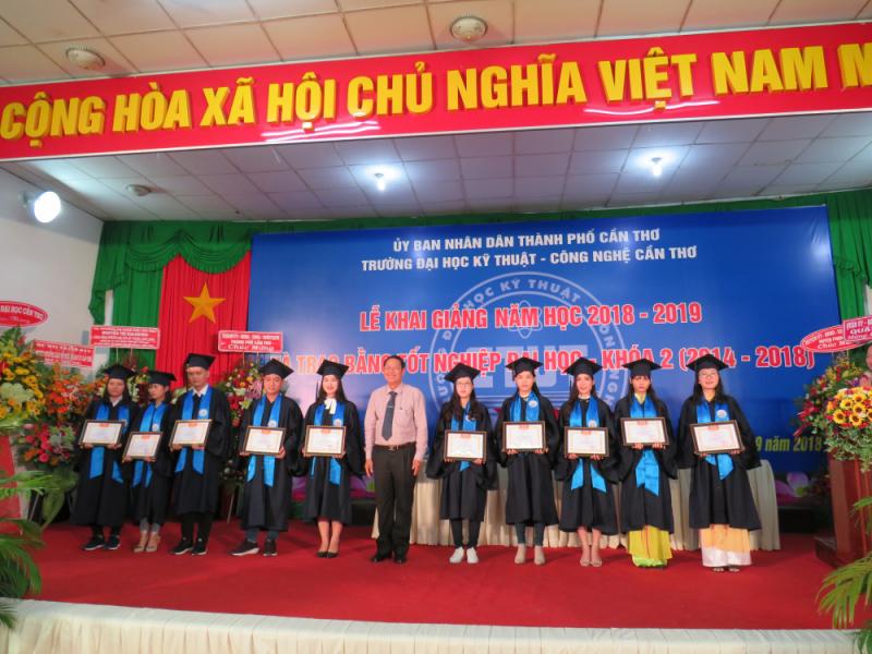 Ông Lê Văn Tâm, Phó Chủ tịch UBND TP Cần Thơ khen thưởng tân kỹ sư tốt nghiệp loại giỏi