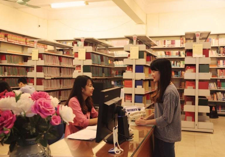 Sinh viên trao đổi, học tập tại thư viện