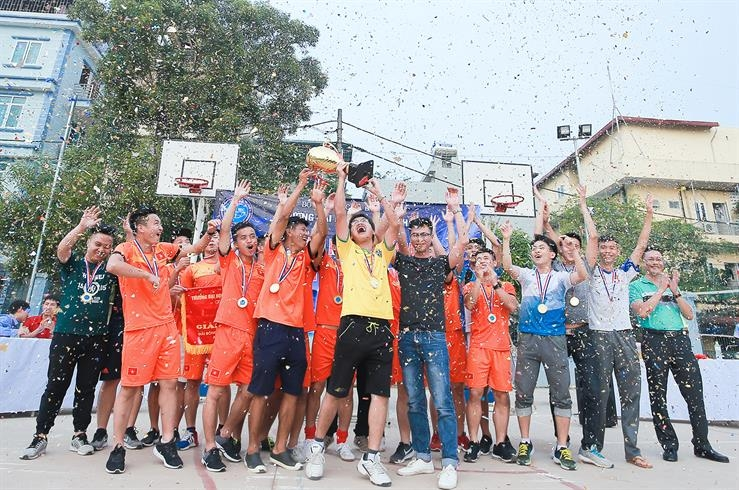 Các cầu thủ khoa Dầu khí với chiếc cúp Vàng của ngôi vô địch