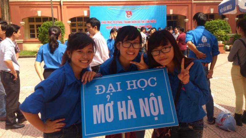 Sinh viên lớp lkt12- 04, khoa luật- Viện đại học mở hà Nội ( Quỳnh Anh, Thu Thủy, Nguyệt Anh)