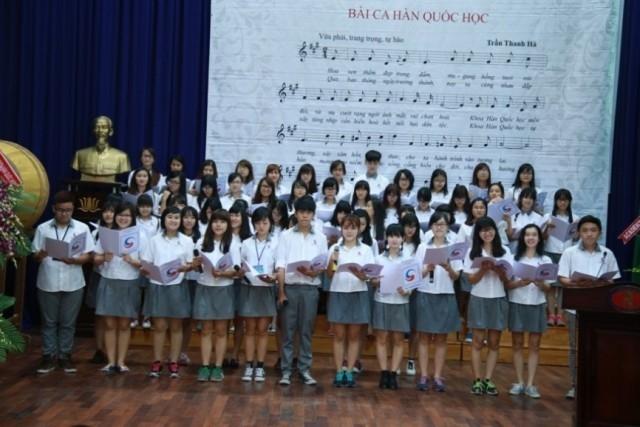 Sinh viên thể hiện ca khúc