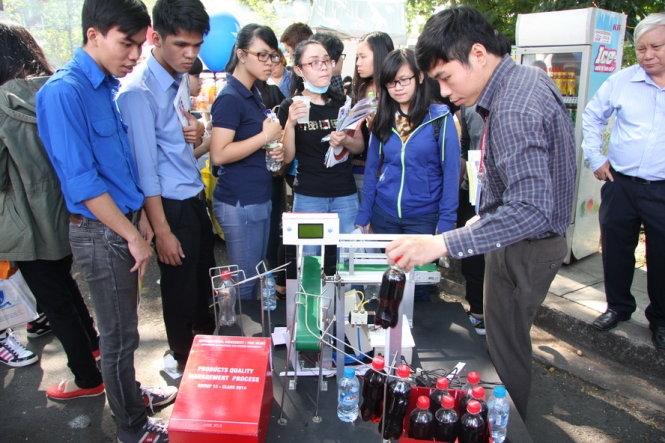 Sinh viên Công nghệ thực phẩm xem trình diễn sản phẩm công nghệ của trường
