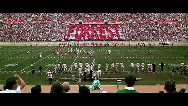 Cảnh đấu bóng bầu dục trong phim Forrest Gump (1994) tại sân vận động Weingart của trường