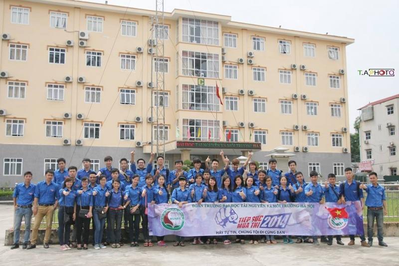 Sinh viên trường đại học Tài nguyên và Môi trường Hà Nội trong hoạt động tiếp sức mùa thi