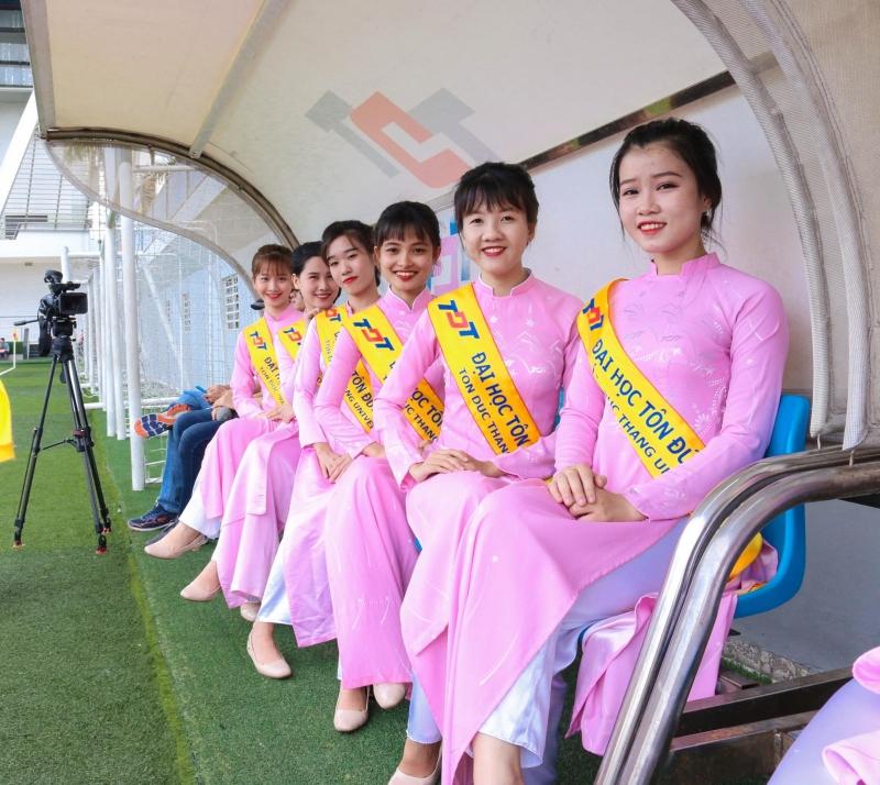 Sinh viên TĐT trong bộ áo dài hồng