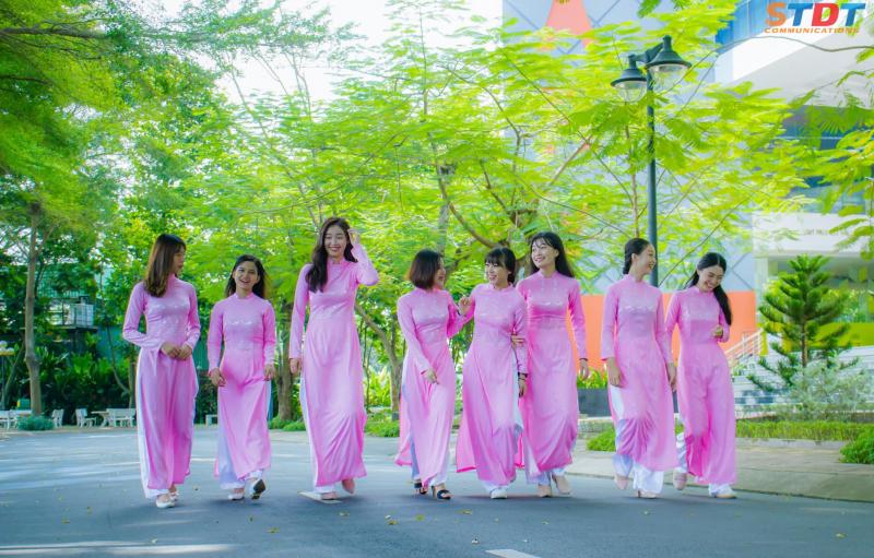 Nữ sinh trường Đại học Tôn Đức Thắng thướt tha bên tà áo dài