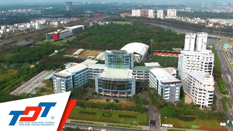 Đại học tọa lạc ngay khu đô thị lớn của quận 7 nguy nga như một  tòa lâu đài