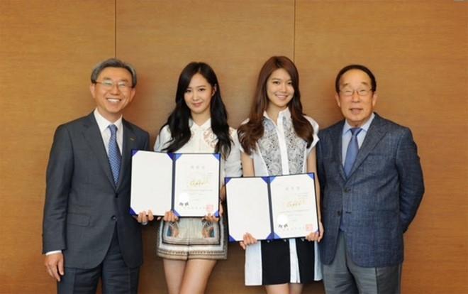 Yuri và Soo Young của SNSD là đại sứ của trường.