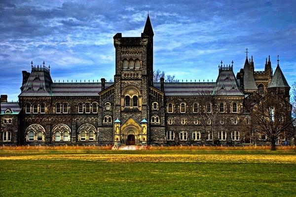 Đại học Toronto nổi tiếng với lối kết hợp độc đáo và thú vị của 2 dòng kiến trúc khác nhau là Gothic và Roman