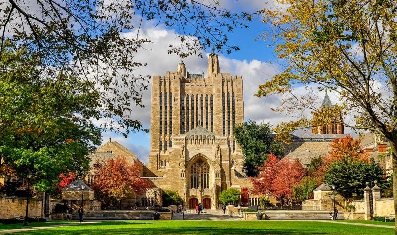 Yale mang dáng dấp cổ kính
