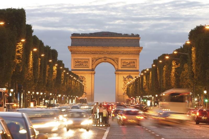 Đại lộ Champs Elysee của Pháp được biết đến như một đại lộ đẹp nhất thế giới, là niềm tự hào của người dân Paris
