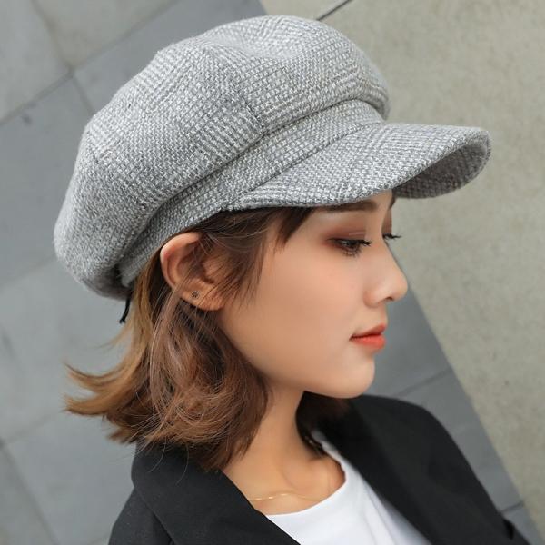 Khi sử dụng mũ baker boy, kết hợp cùng với áo len và chân váy ngắn, bạn sẽ có thể ăn gian đến cả 3 4 tuổi.