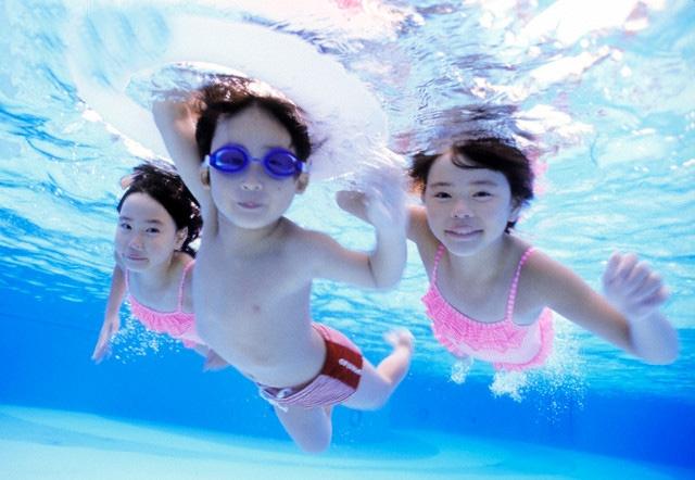 Khi học bơi, trẻ cần được đảm bảo vệ sinh sạch sẽ.