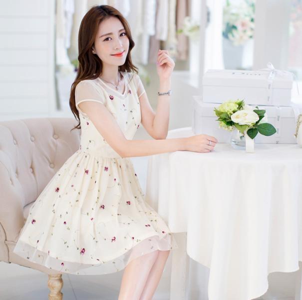 Một chiếc váy hoa nhẹ nhàng và dễ thương thế này hẳn chị em nào cũng thích.