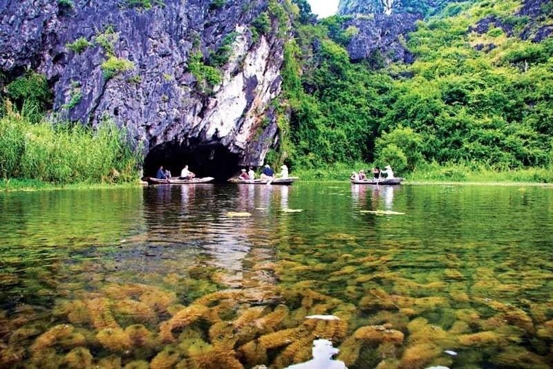 Làn nước trong vắt, cùng cảnh núi hùng vĩ tuyệt đẹp tại Đầm Vân Long