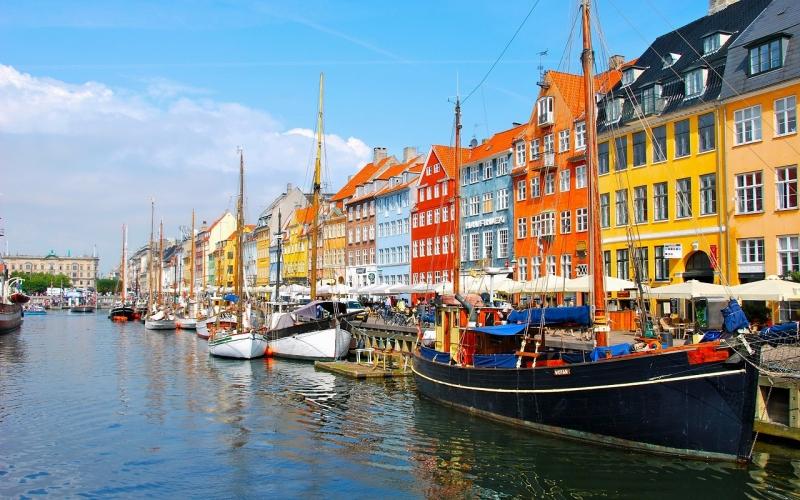 GDP/người/năm của Đan Mạch là 56.426 USD