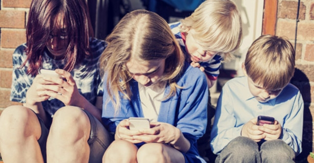 Ánh sáng từ điện thoại khiến bạn bị mỏi mắt, khô mắt