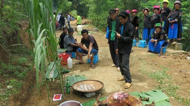 Lễ cúng thần rừng của người Pu Péo.