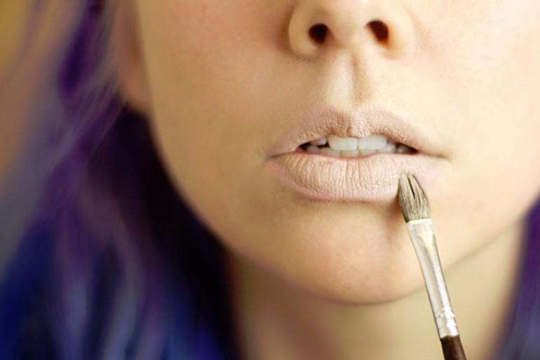 Dùng kem nền để che khuyết điểm cho đôi môi
