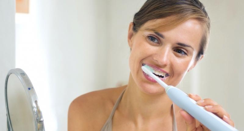 Đánh răng bằng tay không thuận