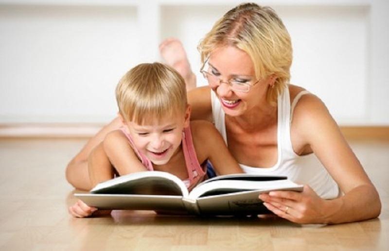 Mẹ giúp bé đọc sách.