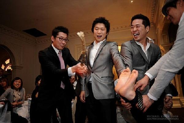 Đánh vào chân chú rể - một phong tục rất kỳ lạ ở Hàn Quốc