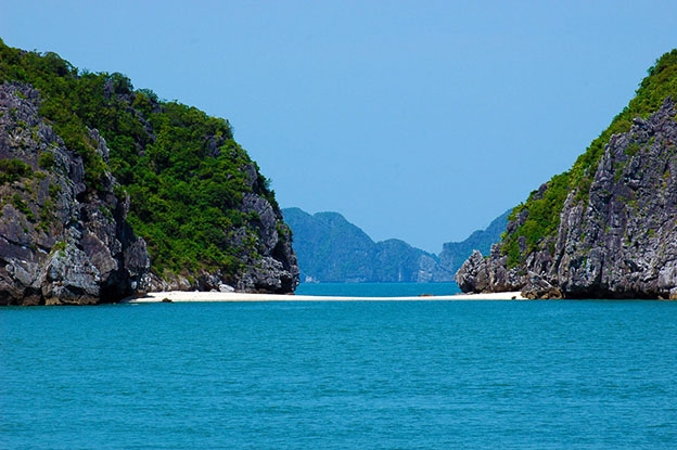 Dòng biển xanh vắng lặng là địa điểm thu hút giới trẻ