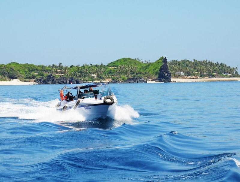 Ca nô lướt sóng đưa du khách thưởng ngoạn trầm tích núi lửa độc đáo quanh đảo An Bình