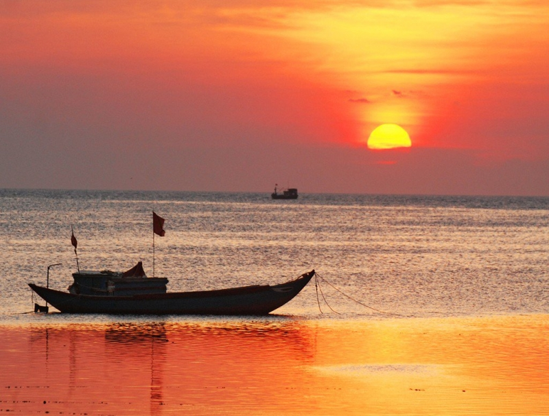 Chiều về, du khách có thể thưởng ngoạn hoàng hôn dát vàng mặt biển