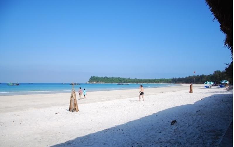 Bãi biển hoang sơ nhưng không kém phần nên thơ của đảo Quan lạn