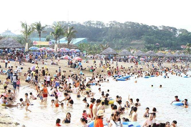 Đảo Tuần Châu luôn đông đúc khi hè về