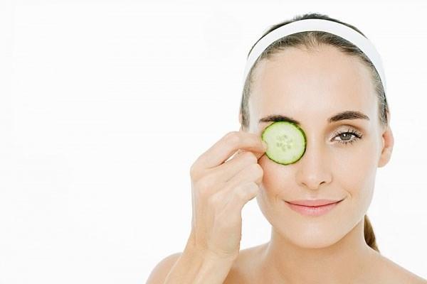 Trà túi lọc đã qua sử dụng hoặc những loại cây giòn, mọng nước sẽ là liều thuốc thần kỳ cho việc chăm sóc đôi mắt của bạn, đánh bay những quầng thâm đáng ghét.
