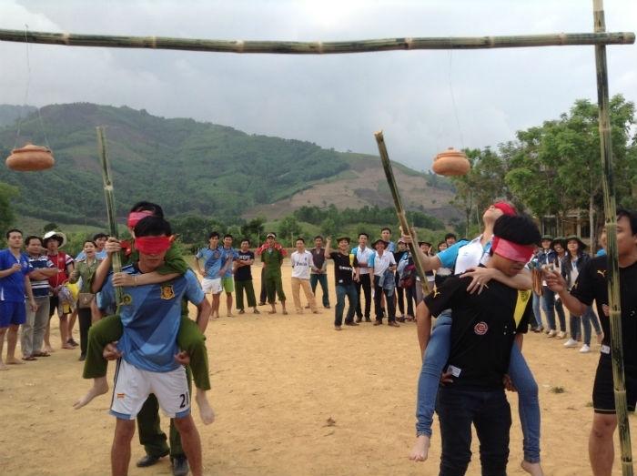 Trò chơi đập niêu đất thường được tổ chức vào dịp lễ Tết