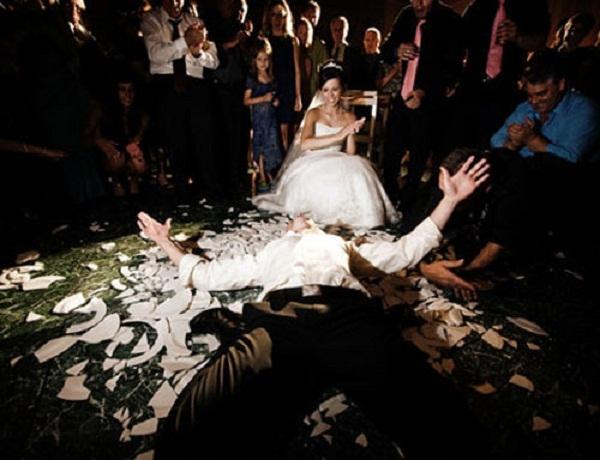 Đập vỡ bát đĩa là cách để chuẩn bị tinh thần cho cặp đôi đối mặt với vật cản phía trước đồng thời chúc họ may mắn
