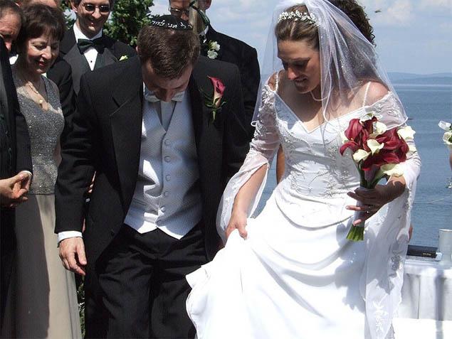 Cô dâu và chú rể sẽ bước lên một túi vải chứa đầy kính thủy tinh để làm vỡ nó.
